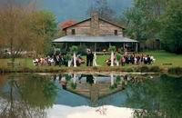 Какой бы рыбак не хотел, чтобы его свадьба проходила на рыболовном пруду! Оказывается, в наше время это довольно легко организовать.